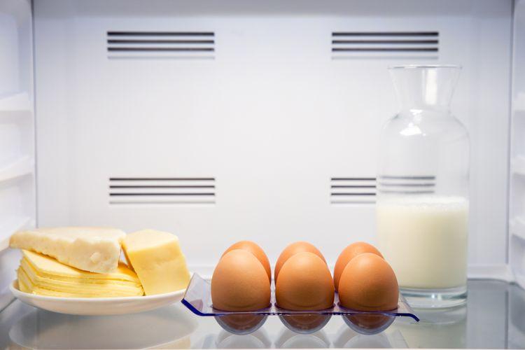 Ilustrasi menyimpan keju di dalam kulkas.