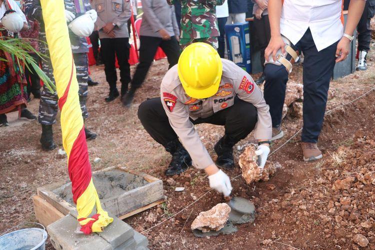 Pembangunan 396 unit rumah untuk ASN dan Anggota Polda NTT ditandai dengan peletakan baru pertama oleh Kapolda NTT Irjen Pol Lotharia Latif di Perumahan Bhayangkara Sejahtera Land Matani, Kabupaten Kupang, Jumat (04/06/2021).