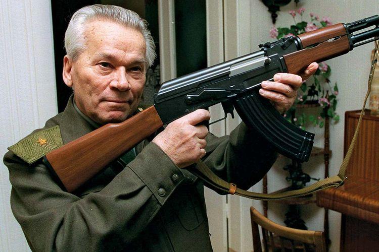 Mikhail Kalashnikov adalah jenderal Rusia yang menciptakan senapan serbu jenis AK-47.