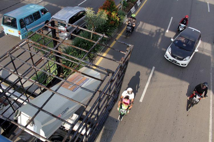 Sejumlah kendaraan melintas di bawah kamera Closed Circuit Television (CCTV) di salah satu ruas jalan,  di Makassar, Sulawesi Selatan, Senin (15/3/2021). Kapolri Jenderal Pol Listyo Sigit Prabowo mencanangkan penerapan tilang elektronik  atau Electronic Traffic Law Enforcement (ETLE) secara nasional sebagai salah satu program prioritas dengan target penerapan tahap pertama dimulai pada Maret 2021 di 10 Polda dan tahap kedua Pada April 2021 di 12 Polda. ANTARA FOTO/Arnas Padda/yu/hp.