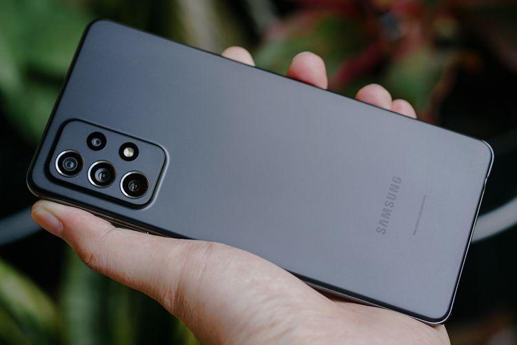 Punggung Galaxy A72 versi Awesome Black terbuat dari plastik yang dilabur warna hitam matte dengan tekstur kesat sehingga tak mudah ternoda sidik jari, tapi masih bisa terlihat kotor