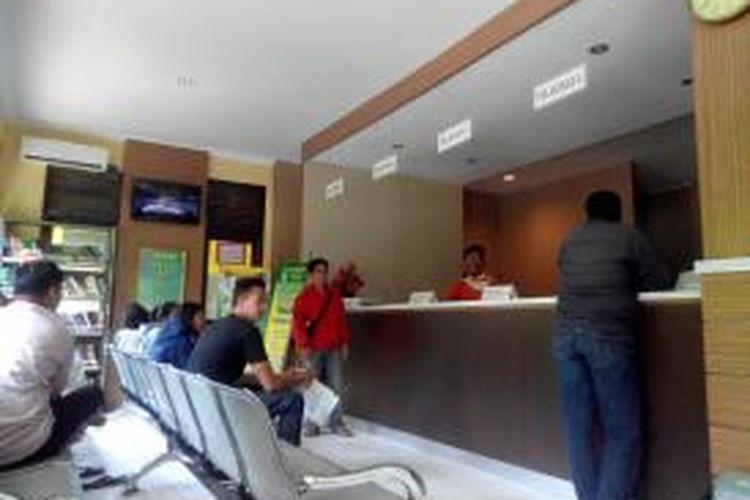 Kegiatan pelayanan masyarakat di Kecamatan Rawalumbu, Bekasi, Jumat (19/6/2015).