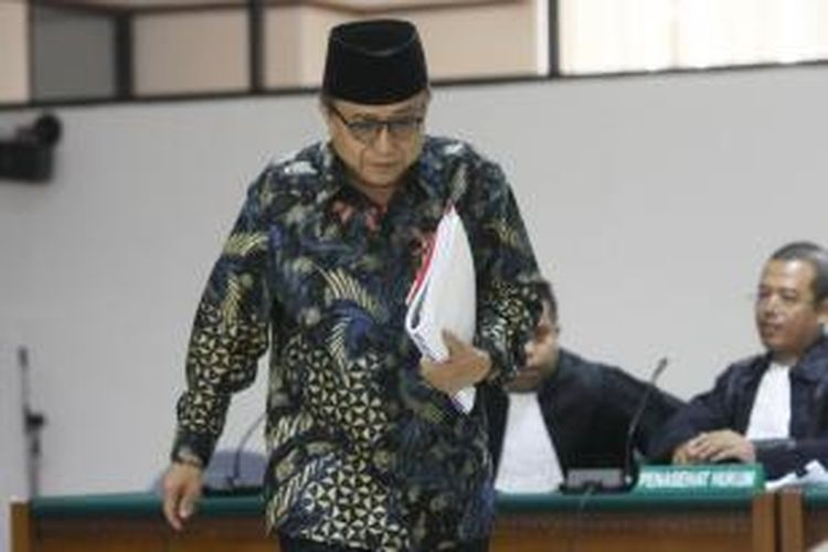 Mantan Sekjen Kementerian Energi dan Sumber Daya Mineral Waryono Karno menjalani sidang perdana dengan agenda pembacaan dakwaan, di Pengadilan Tipikor, Jakarta Selatan, Kamis (7/5/2015). Waryono Karno didakwa memperkaya diri sendiri, orang lain dan korporasi. Kerugian negara akibat penyimpangan ini mencapai Rp 11,124 miliar. Pada dakwaan kesatu, Waryono didakwa bersama-sama Sri Utami melakukan perbuatan melawan hukum yakni memerintahkan pengumpulan dana untuk membiayai kegiatan pada Setjen Kementerian ESDM yang tidak dibiayai APBN.