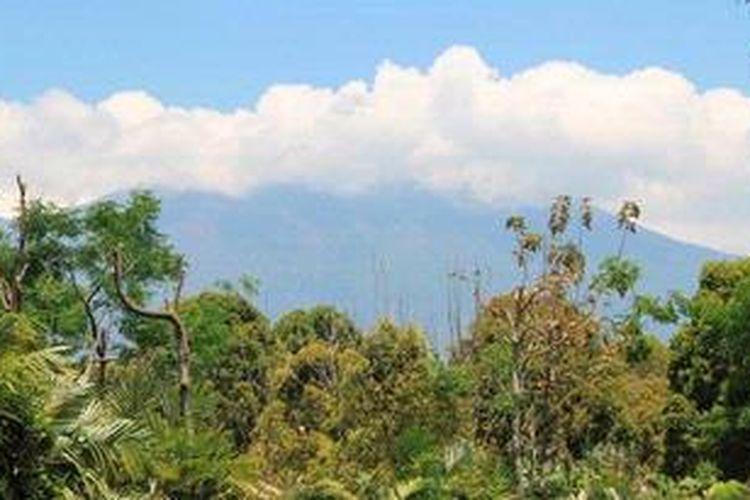 Puncak Gunung Raung saat dipantau di Pos Pemantauan Raung di Desa Sumberarum, Kecamatan Songgon, Banyuwangi.
