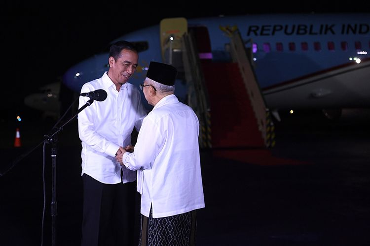 Calon Presiden dan Wakil Presiden nomor urut 01 Joko Widodo (kiri) dan Maruf Amin berjabat tangan usai memberikan keterangan pers terkait putusan MK tentang perselisihan hasil pemilihan umum (PHPU) Pilpres 2019 di Lanud Halim Perdanakusuma Jakarta, Kamis (27/6/2019). Jokowi yakin, rivalnya Prabowo Subianto-Sandiaga Uno berjiwa besar menerima putusan MK.
