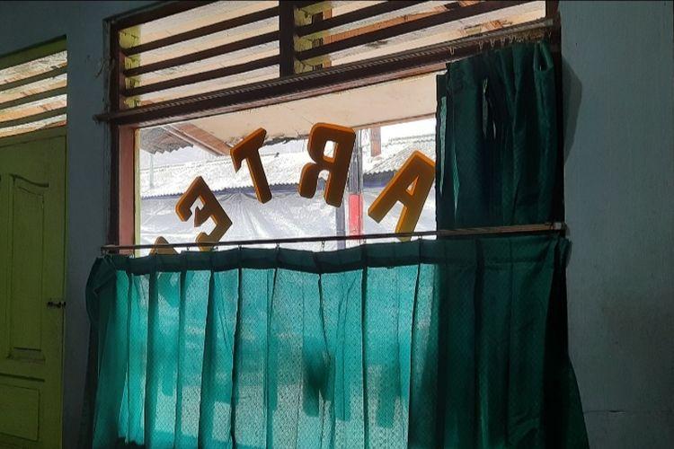 Warung tegal (warteg) di RT 09/RW 01 Palmeriam, Matraman, Jakarta Timur, memilih untuk tutup karena diserbu pembeli setelah didatangi Gubernur DKI Jakarta Anies Baswedan, Kamis (14/10/2021).