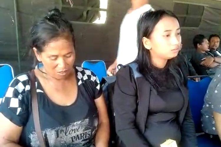 Pengungsi asal Semarang bernama Maria (kanan) yang alami keguguran saat kerusuhan di Wamena saat berada di Lanud Sultan Hasanuddin Makassar, Selasa (8/10/2019).