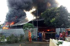 Kebakaran Gudang di Parakan Sawangan, Karyawan Nyaris Jadi Korban dan Api Sulit Dikendalikan