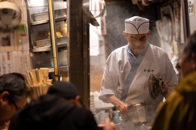 Ilustrasi koki di Jepang sedang menyiapkan ramen.