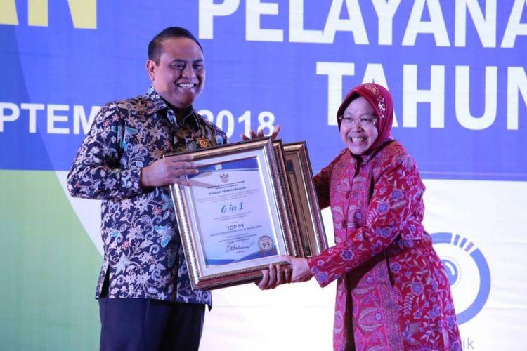 MenPAN-RB Syafruddin memberikan penghargaan inovasi layanan publik kepada Wali Kota Surabaya Tri Rismaharini di Hotel Shangri-La, Surabaya, Rabu (19/9/2018).