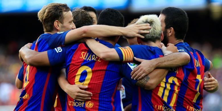Para pemain Barcelona merayakan gol Lionel Messi ke gawang Real Betis pada partai La Liga di Stadion Camp Nou, 20 Agustus 2016.