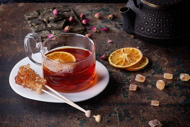 Ilustrasi minuman teh jeruk hangat.