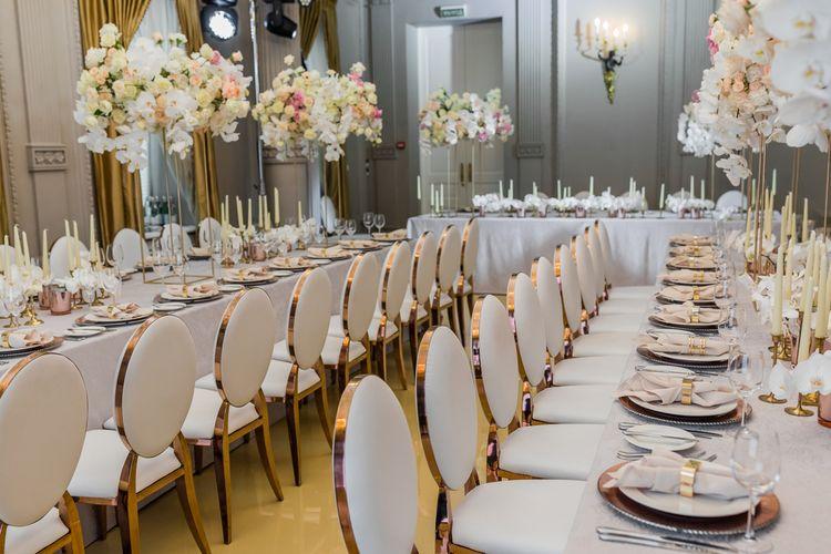 Ilustrasi menikah di hotel menggunakan long table.