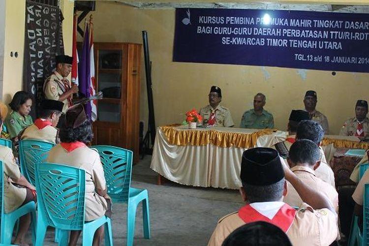 Acara pembukaan kursus pembina pramuka mahir tingkat dasar bagi guru-guru daerah perbatasan TTU-Timor Leste untuk Kwarcab Kabupaten TTU di Aula gedung Pramuka Kwarcab TTU, Senin (13/1/2014).