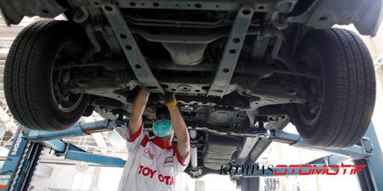 Montir melakukan perbaikkan pada mobil pelanggan di Toyota Astra Motor Sudirman, Jakarta.