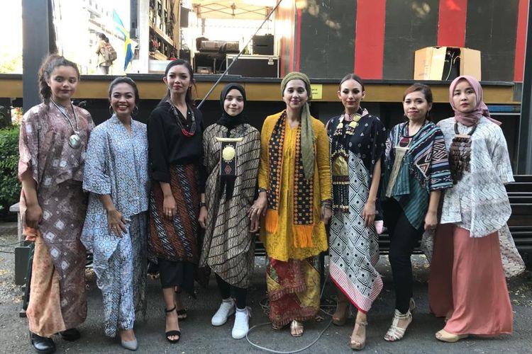 Ayu Azhari bersama keluarga dan warga Indonesia dalam acara Wonderful Indonesia Festival Kampung Indonesia di Taman Kota Stockhol, Swedia.