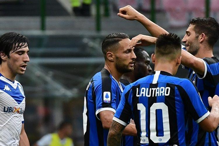 Danilo DAmbrosio (tengah) merayakan gol bersama rekan satu timnya pada laga Inter Milan vs Brescia di Stadion Giuseppe Meazza dalam lanjutan pekan ke-29 Serie A, kasta tertas Liga Italia, Rabu (1/7/2020).