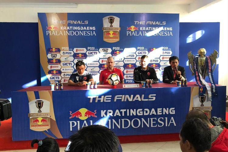 Gelandang PSM Makassar Wiljan Pluim (merah) dan pelatih PSM Makassar Darije Kalezic (tengah hitam) saat menghadiri konferensi pers jelang laga final Piala Indonesia di Stadion Andi Mattalatta, Senin (5/8/2019).