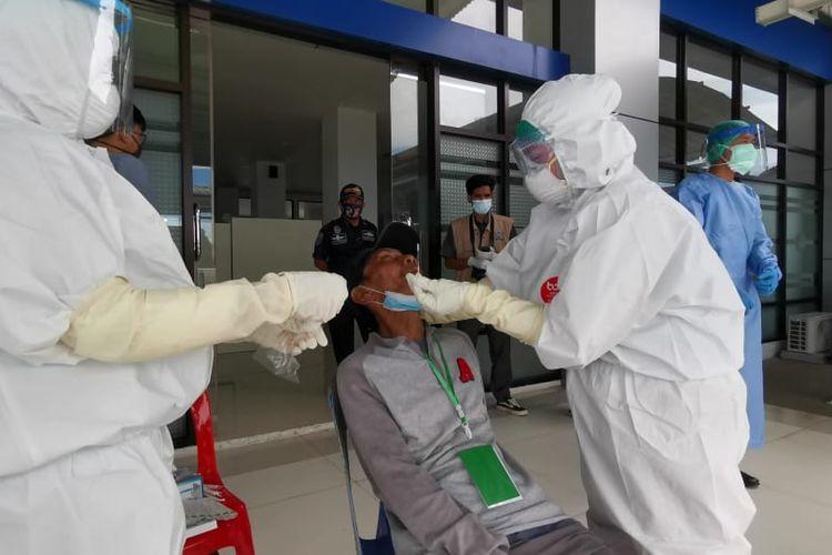 Ilustrasi : Pemeriksaan kesehatan salah satu deportan dari Malaysia di pelabuhan tunon taka Nunukan oleh KKP