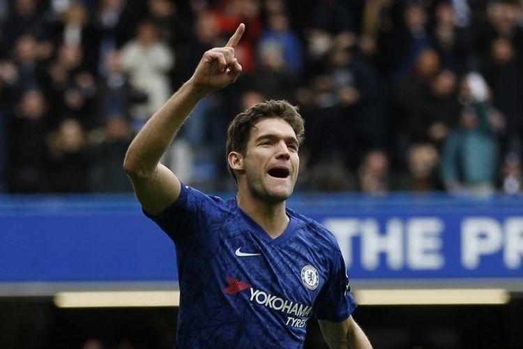 Bek Chelsea, Marcos Alonso, merayakan golnya setelah mencetak gol kedua bagi timnya dalam pertandingan Liga Inggris antara Chelsea vs Tottenham Hotspur di Stamford Bridge, London, pada Sabtu (22/2/2020).