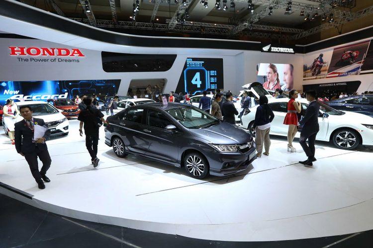 Sejumlah pengunjung saat acara pameran otomotif Indonesia International Motor Show (IIMS) 2018 di JI Expo Kemayoran, Jakarta, Kamis (19/4/2018). Pemeran yang akan berlangsung hingga 29 April 2018 itu diikuti pelaku industri otomotif Tanah Air dengan menampilkan produk unggulan.
