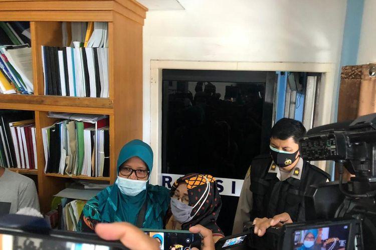 Yusri Lanita (48) keluarga salah satu korban Sriwijaya Air usai menjalani pemeriksaan DNA di Rumah Sakit Bhayangkara Palembang, Sumatera Selatan, Senin (11/1/2021).