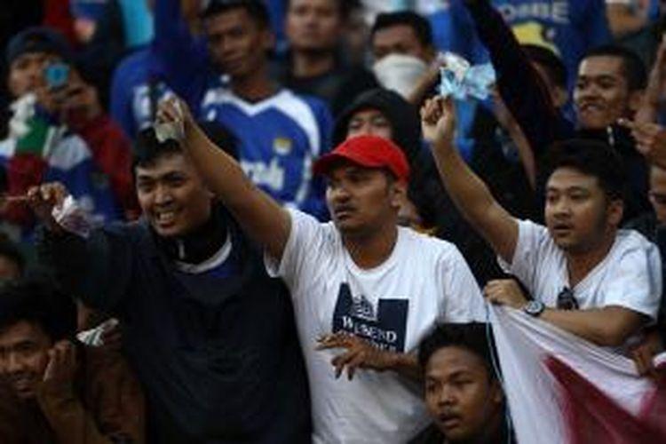 Sejumlah Bobotoh menunjukkan uang pada pemain Pusamania Borneo FC saat bertanding melawan tuan rumah Persib Bandung pada semifinal kedua di Stadion Si Jalak Harupat, Soreang, Bandung, Jawa Barat, Sabtu (26/9/2015).
