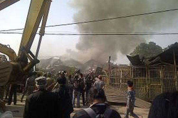 Sekitar tiga rumah semi permanen (rumah bedeng) terbakar saat eksekusi lahan di Jalan Buaran I RT 08/12 Kelurahan Klender, Kecamatan Duren Sawit, Jakarta Timur. Api muncul dari sebuah rumah bedeng milik Simon.