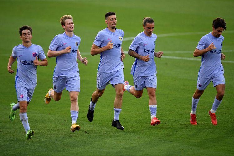Pemain-pemain Barcelona (kiri ke kanan), Gavi, Frenkie de Jong, Clement Lenglet, Antoine Griezmann, dan Alex Collado, berlari pada akhir laga persahabatan kontra Girona di Johan Cruyff Stadium pada 24 Juli 2021.