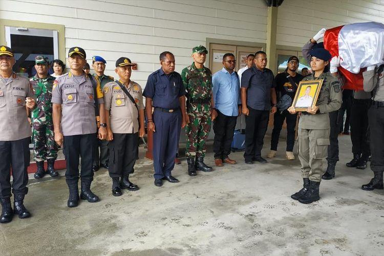 Kapolda Papua Irjen Pol. Rudolf A. Rodja memimpin upacara pelepasan jenazah Brigadir Anumerta Hedar, Selasa (13/8/2019). IRSUL PANCA ADITRA