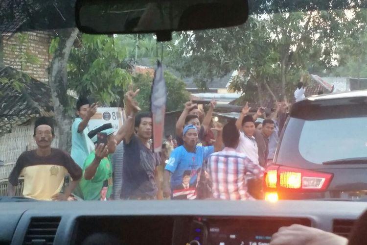 Sejumlah masyarakat di Pamekasan, Madura, meneriakan nama Prabowo ketika rombongan cawapres nomor uut 01 Maruf Amin melintas, Senin (1/4/2019). Maruf ingin berziarah sekaligus menghadiri haul salah seorang ulama, Kiai Suhro, di Pamekasan.