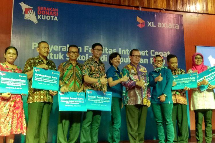 CEO PT XL Axiata Dian Siswarini (ketiga dari kanan) membuka Gerakan Donasi Kuota XL di Kepulauan Riau, Kamis (26/4/2018) di pulu Bintan.