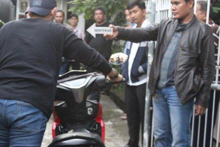 Polisi lakukan olah TKP di lokasi pelaku ranmor yang acungkan pistol rakitan di Jelambar, Grogol Petamburan, Jakarta Barat