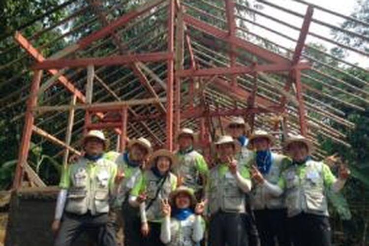 Rekawan Korea Selatan membanu membangun hunian layal huni Desa Cijayanti, Sentul. Pembangunan rumah bagi penduduk tidak mampu ini bekerja dengan LSM Indonesia.