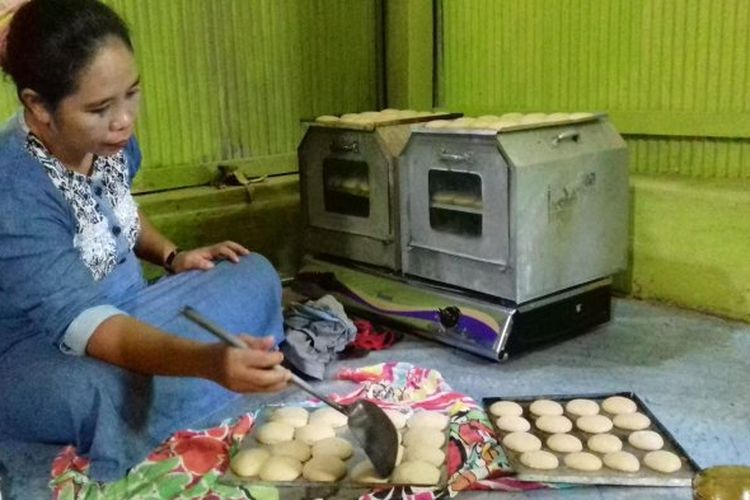 Proses pembuatan kue baruasa khas Makassar