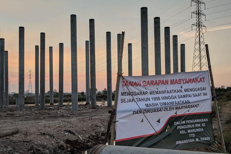 Warga Marunda, Jakarta Utara, memprotes pembangunan Tol Cibitung Cilincing yang tak sesuai dengan kesepakatan awal
