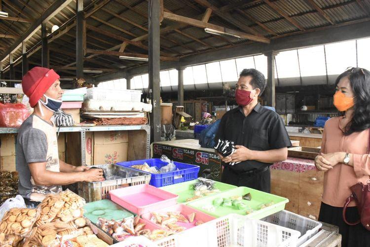 Pembagian masker di Pasar Adat Desa Pakraman Ubung, Denpasar, Senin (6/4/2020).