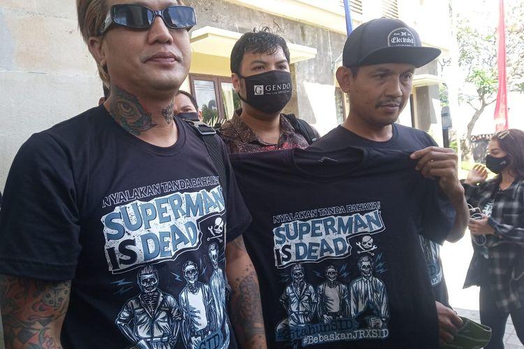 Dua personel Superman Is Dead Bobby Kool dan Eka Rock di Mapolda Bali, pada Selasa (18/8/2020).