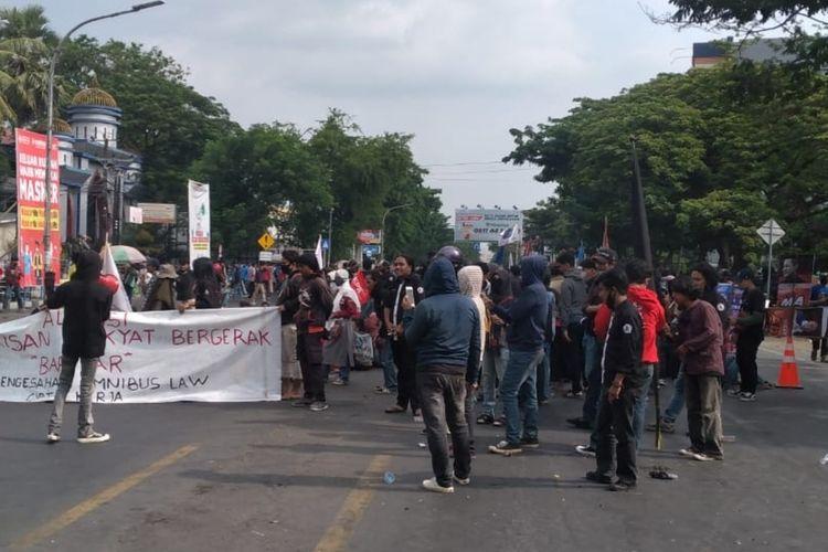 Para mahasiswa yang menggelar aksi unjuk rasa di Jalan Sultan Alauddin Makassar, Rabu (7/10/2020).