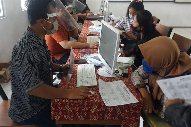 Sejumlah orangtua dibantu guru mengisi form pendaftaran PPDB 2020 secara online.