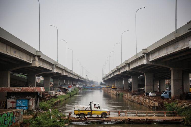Mobil proyek melintas di kolong Jalan Tol Bekasi-Cawang-Kampung Melayu (Becakayu) di Cipinang, Jakarta Timur, Kamis (12/10/2017). Pembangunan tol sepanjang 21 kilometer itu terus dikerjakan dengan target mulai beroperasi pada 2019 mendatang dan diharapkan bisa mengurai kemacetan di kawasan tersebut.