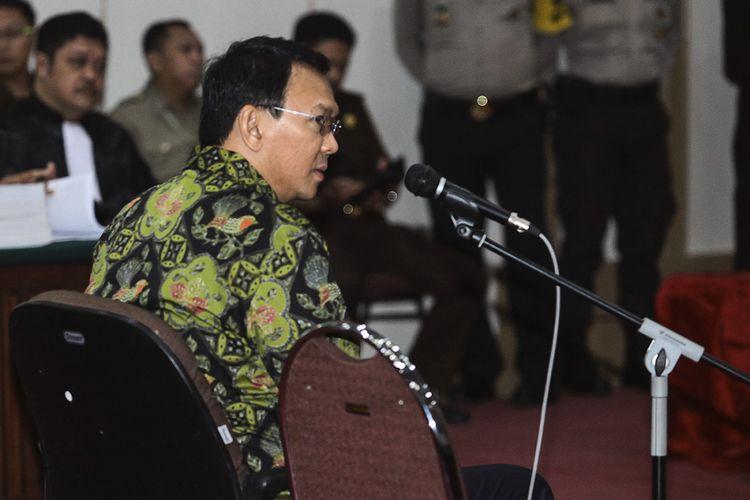 Terdakwa kasus dugaan penodaan agama Basuki Tjahaja Purnama atau Ahok mengikuti sidang lanjutan di Auditorium Kementerian Pertanian, Jakarta, Kamis (20/4/2017). Dalam sidang yang beragendakan pembacaan tuntutan itu, Jaksa Penuntut Umum (JPU) menyatakan Ahok bersalah dan dipidana penjara 1 tahun.