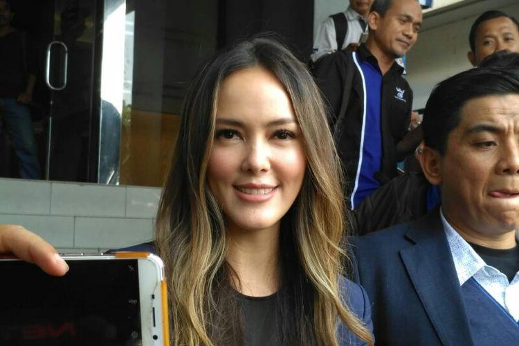 Presenter dan artis peran Cathy Sharon didampingi kuasa hukumnya Sandy Arifin membuat laporan berkait dirinya yang dicatut dalam katalog prostitusi online di Polda Metro Jaya, kawasan Semanggi, Jakarta Selatan, Kamis (10/1/2019).