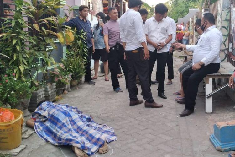 Jasad Marcel, pria yang dibunuh oleh pelanggannya di Jalan Daeng Tata 1, Kecamatan Tamalate, Makassar saat hendak dibawa tim Inafis Polrestabes Makassar, Senin (14/9/2020).