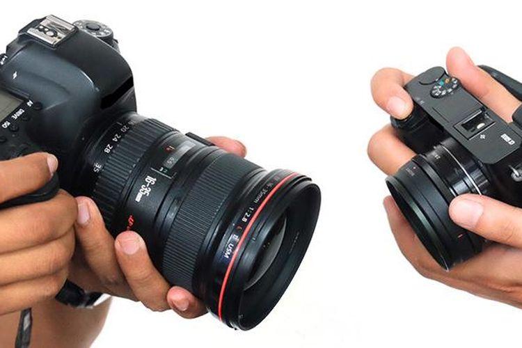 Ilustrasi kamera DSLR full-frame tradisional dengan lensa zoom wide angle (kiri) dan kamera mirrorless APS-C dengan lensa prime wide angle