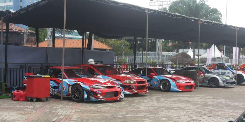 Mobil-mobil untuk aksi drifiting yang terparkir di Asphalt Area Intersport, Indonesia International Motor Show (IIMS) 2018, Sabtu (28/4/2018).