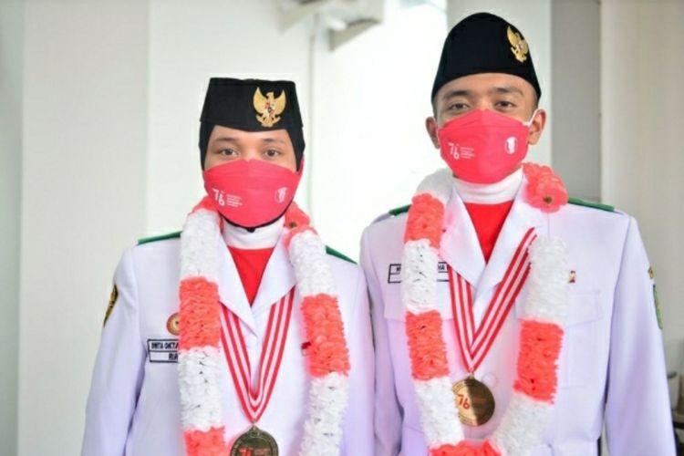 Dwita dan Hervy, Paskibraka Nasional utusan Riau saat tiba di VIP Lancang Kuning Bandara Sultan Syarif Kasim II Pekanbaru, Sabtu (21/8/2021).