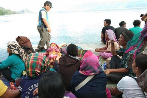 Helm, Sandal, dan Pelampung yang Diduga Milik Korban KM Sinar Bangun Bermunculan