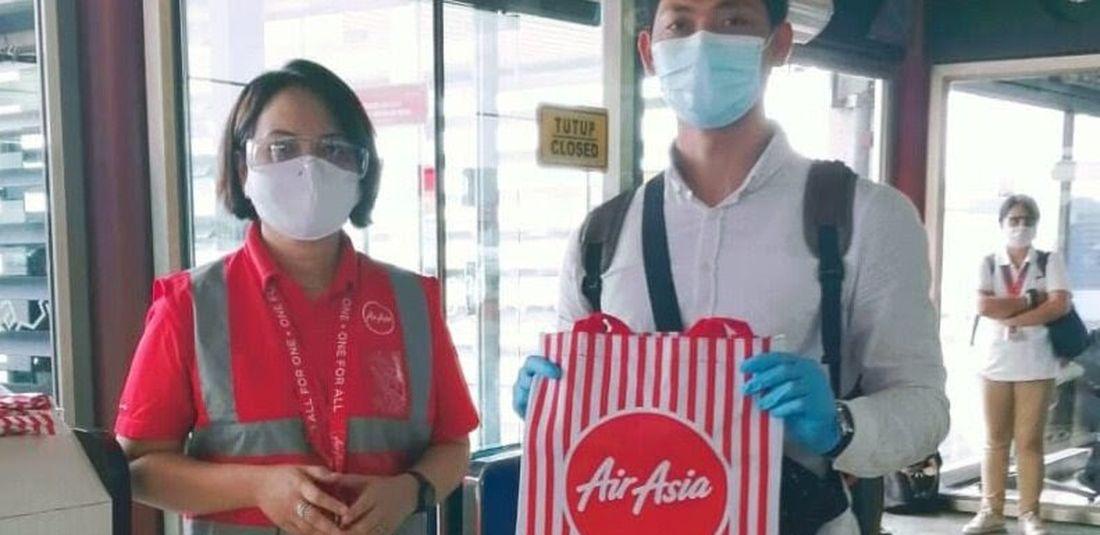 Direktur Utama AirAsia Indonesia, Veranita Yosephine Sinaga (kiri) bersama salah satu tamu AirAsia di Terminal 2, Bandara Internasional Soekarno-Hatta untuk merayakan pasca satu bulan pengoperasian kembali
