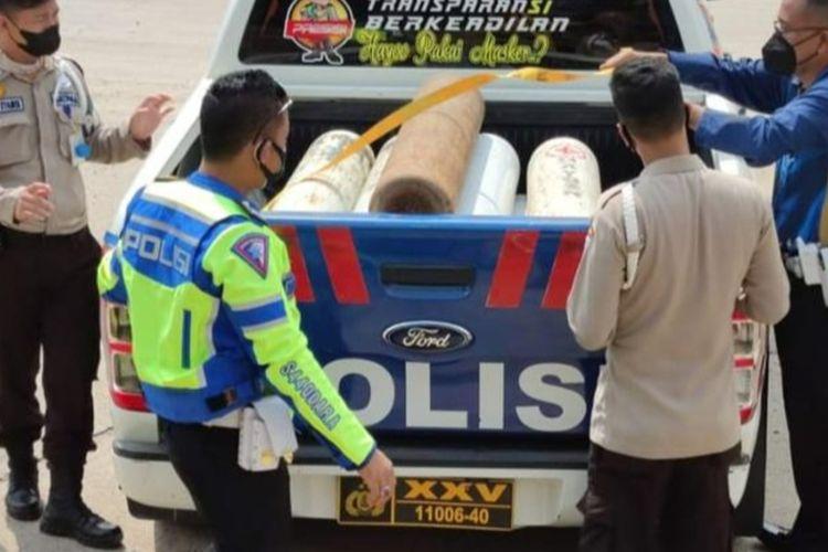 Tim Ditlantas Polda Lampung mengawal dan ikut membawa tabung kosong untuk pengisian di PT Pusri Palembang. Sejak Jumat hingga Minggu (16 - 18 Juli 2021) PT Pusri Palembang telah memasok sekitar 9 ton oksigen cair untuk sejumlah rumah sakit di Lampung.